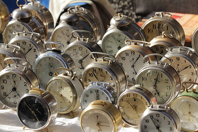 640px-Trento-Mercatino_dei_Gaudenti-alarm_clocks